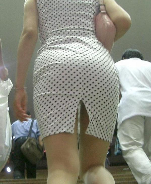 素人のスリットスカートのパンチラ 14