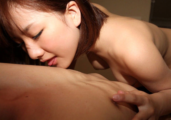 男の乳首舐めをする可愛い女の子 8