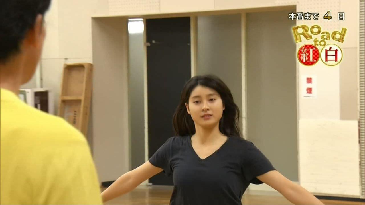 土屋太鳳がTシャツおっぱいで紅白のダンスを練習中。