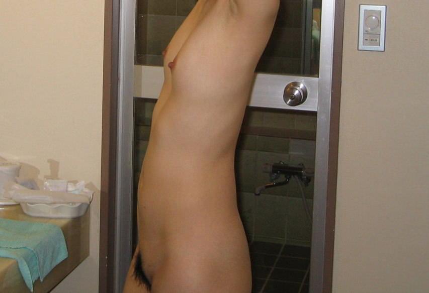 【ちっぱい】膨らみの無さが良く分かる貧乳女子の横乳画像25枚