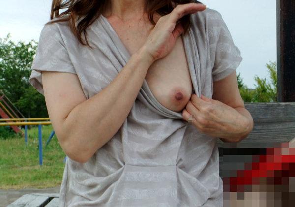 片乳ポロリする素人 17