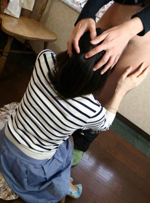 女の子の背中側から見た仁王立ちフェラ 19