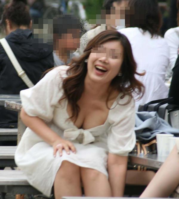 巨乳素人の胸チラ 15
