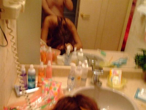 素人がラブホの洗面所の前で立ちバック 10