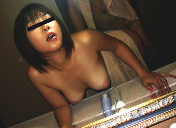 素人がラブホの洗面所の前で立ちバック 18