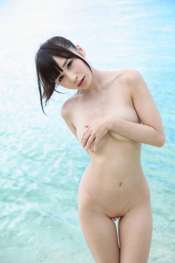 全裸で手ブラと手パンツ 2