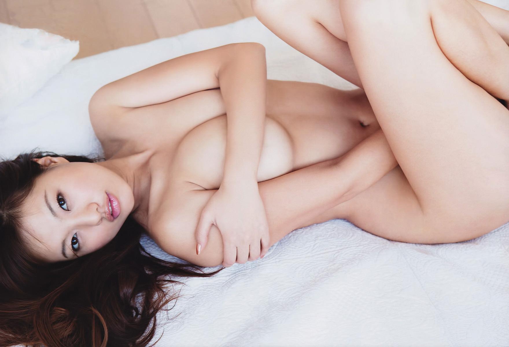 全裸の女の子が手ブラと手パンツで乳首とマ○コをしっかり防御w