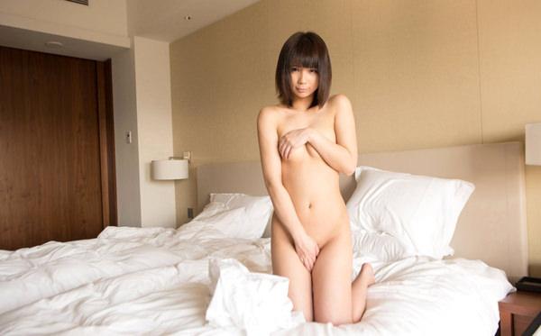 全裸で手ブラと手パンツ 4