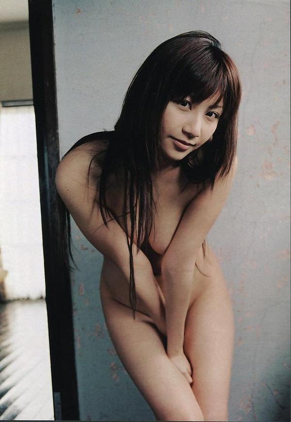 全裸で手ブラと手パンツ 17