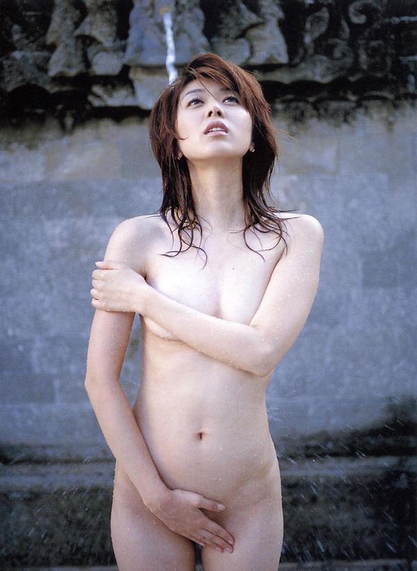全裸で手ブラと手パンツ 22