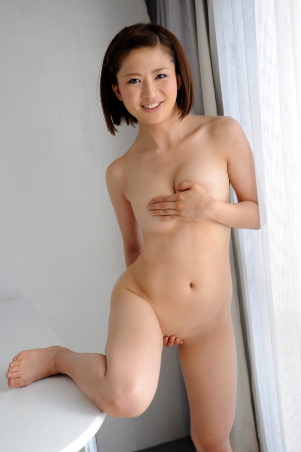 全裸で手ブラと手パンツ 23