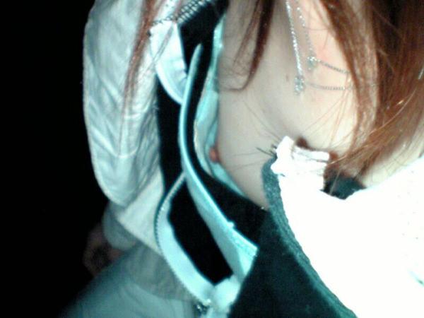 浮きブラで乳首チラしてる素人 8