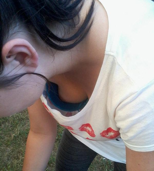 浮きブラで乳首チラしてる素人 23