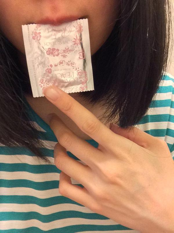 咥えコンドームの自撮り 12