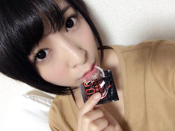 咥えコンドームの自撮り 14