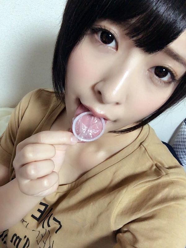 咥えコンドームの自撮り 15