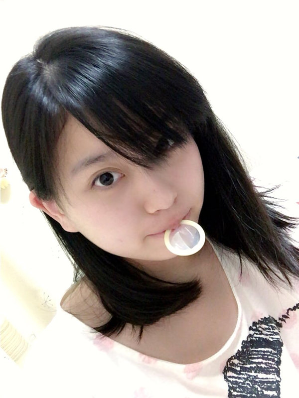 咥えコンドームの自撮り 21