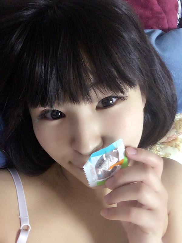 咥えコンドームの自撮り 23