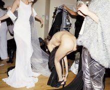 海外ファッションショーの舞台裏で生着替え中のモデル画像