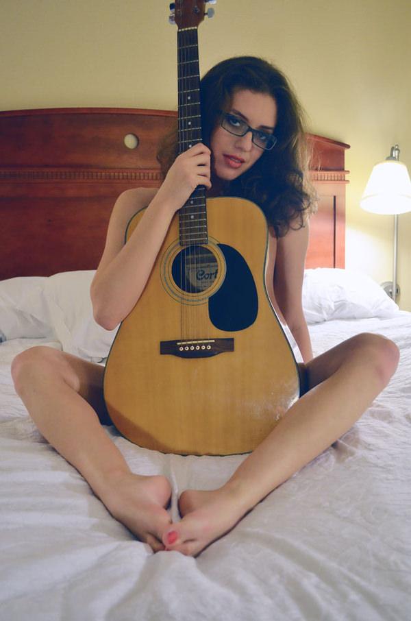外国人女性の裸ギター 2