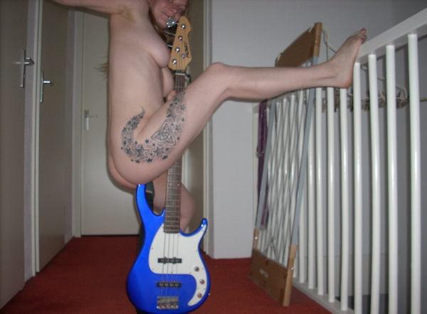 外国人女性の裸ギター 5