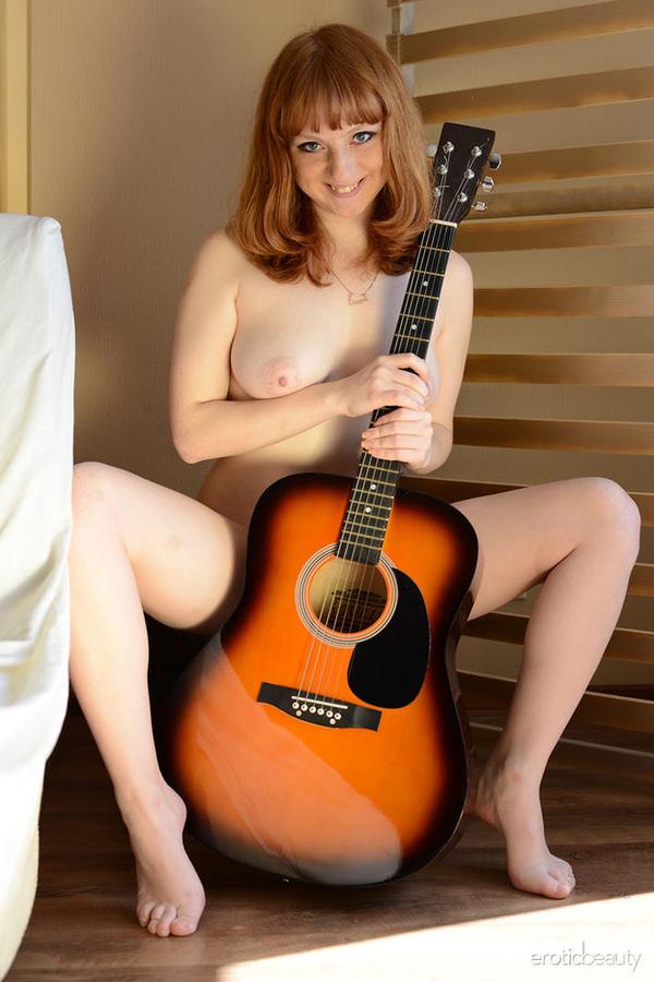 外国人女性の裸ギター 6