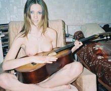 全裸やトップレスでギターを弾いてる外国人女性のヌード画像