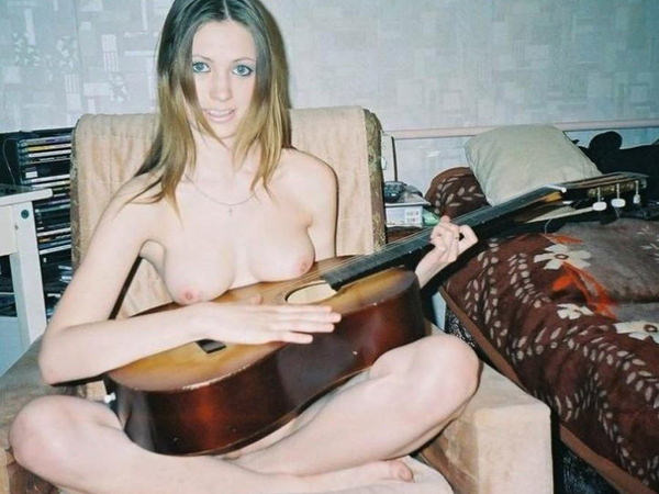 外国人女性の裸ギター 22