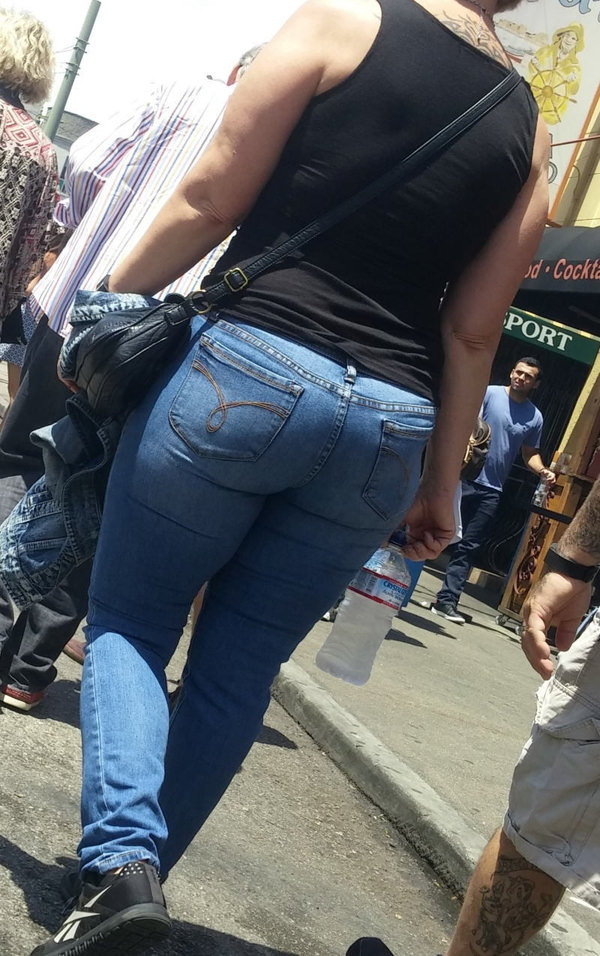 巨尻の外国人女性の街撮り 10