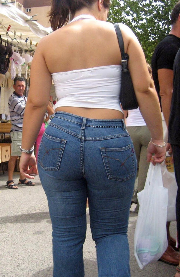 巨尻の外国人女性の街撮り 14