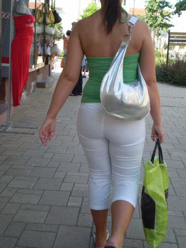 巨尻の外国人女性の街撮り 22