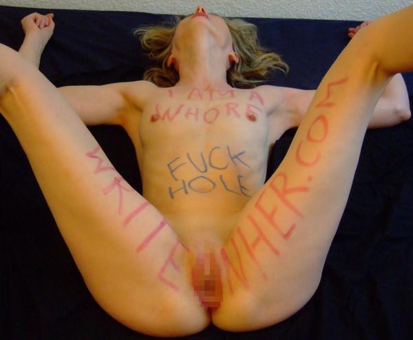 身体に落書きされた外国人女性 39