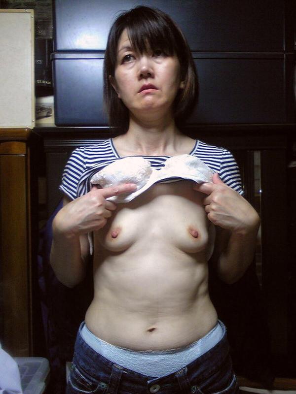 熟女の貧乳垂れ乳 11