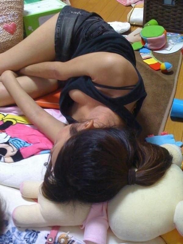 寝ている素人のおっぱいの谷間 8