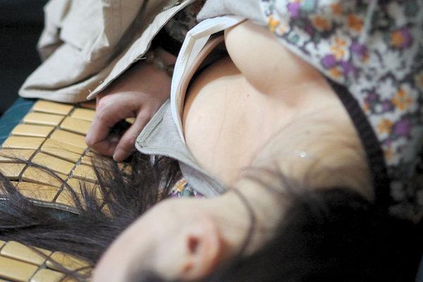 寝ている素人のおっぱいの谷間 15