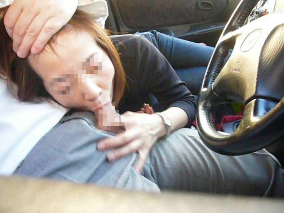 素人の車内フェラ!運転の疲れた彼をフェラで癒す 画像23枚