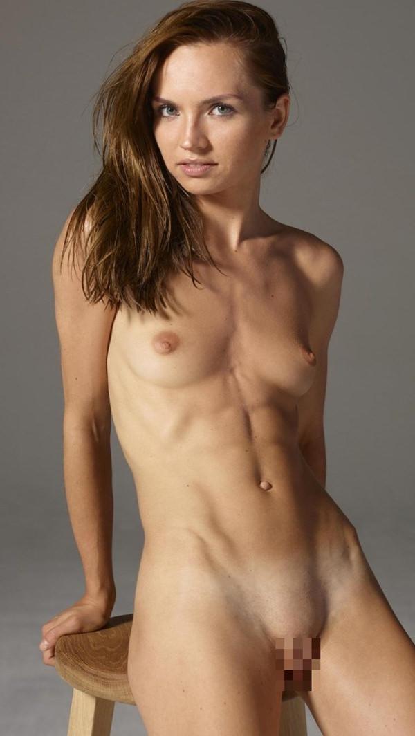 腹筋が美しい外国人スレンダー美女 11