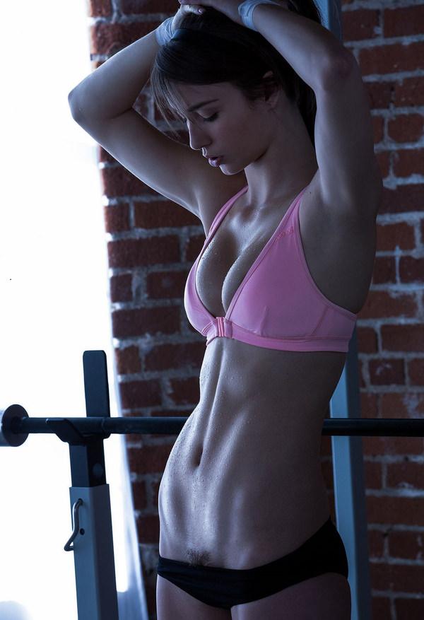 腹筋が美しい外国人スレンダー美女 13