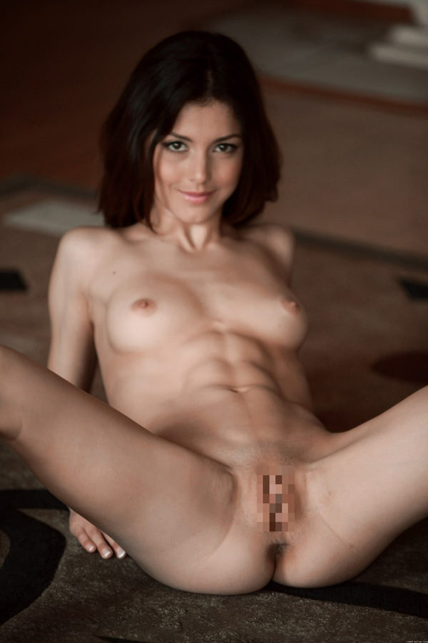 腹筋が美しい外国人スレンダー美女 18