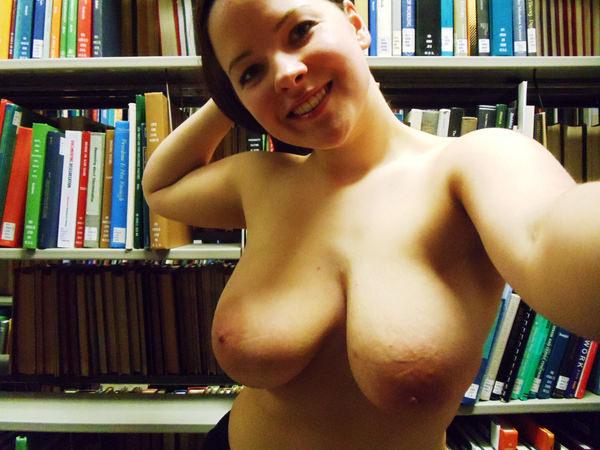 図書館でおっぱい露出する外国人女性 9