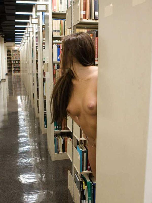 図書館でおっぱい露出する外国人女性 16
