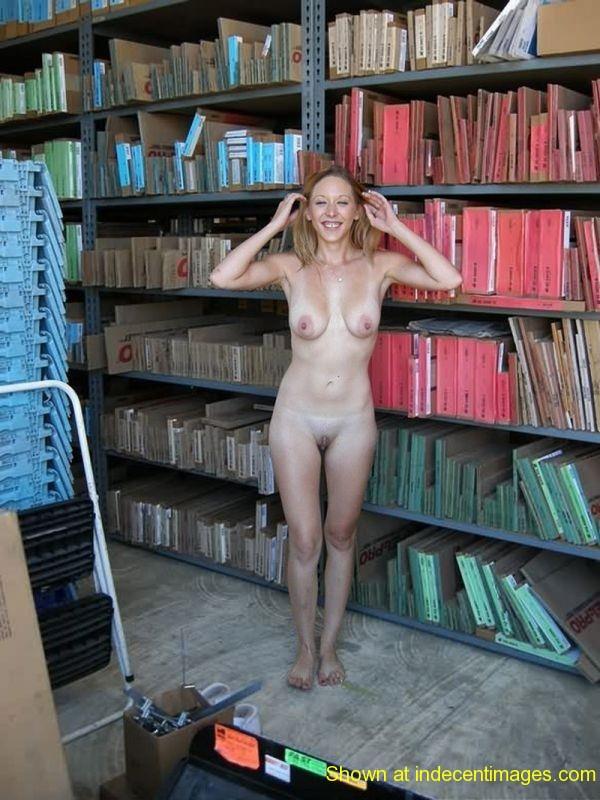 図書館でおっぱい露出する外国人女性 28