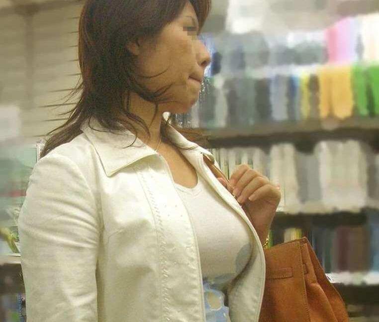 熟女の着衣巨乳