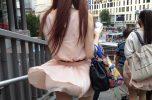 風のいたずらでスカートがひらり素人の風チラ画像