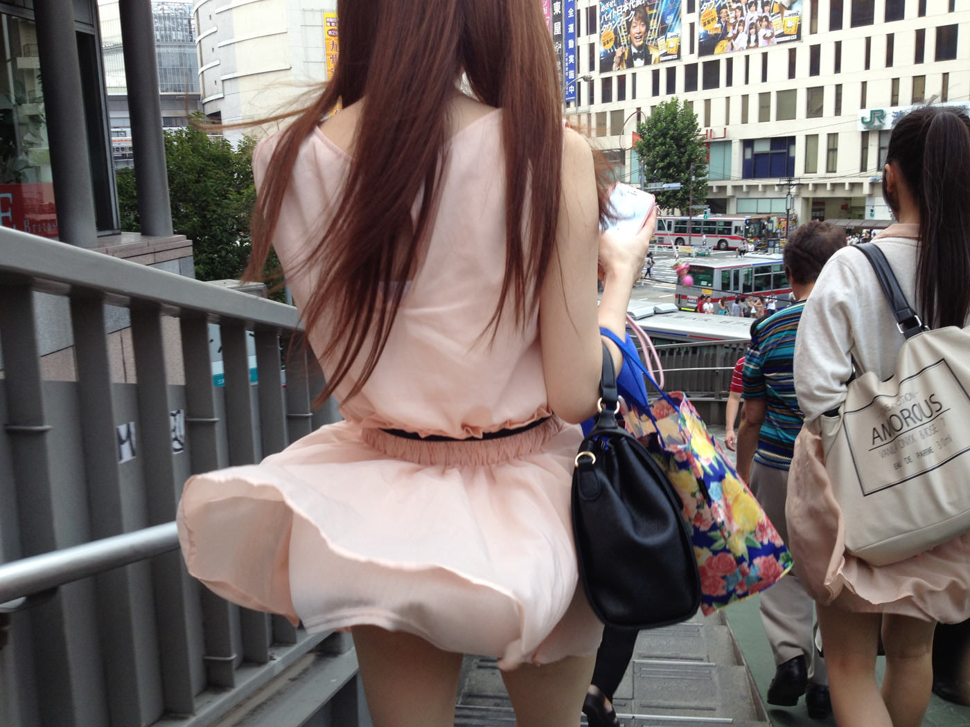 【パンチラ】風のいたずらでスカートがひらり 素人の風チラ画像