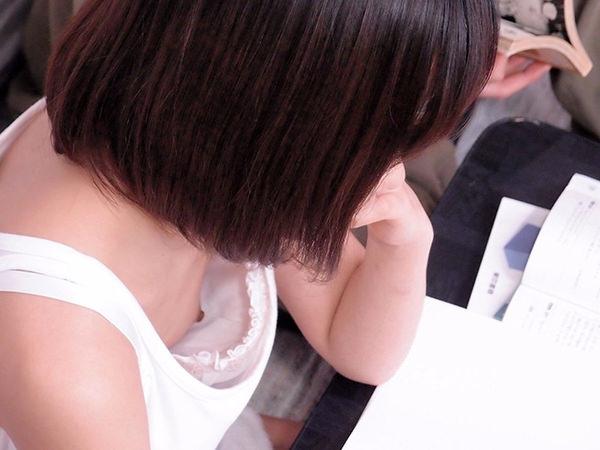 素人の浮きブラ・乳首チラ 14