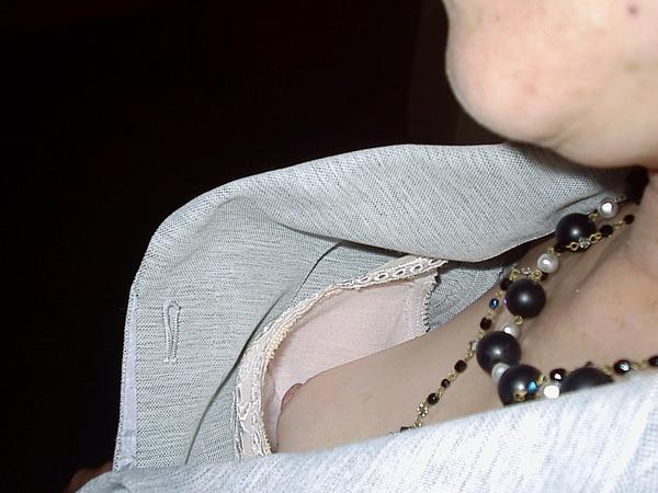 素人の浮きブラ・乳首チラ 16