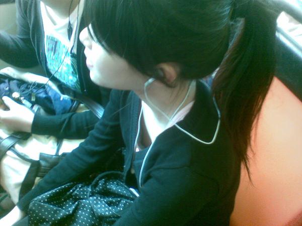 素人の浮きブラ・乳首チラ 24