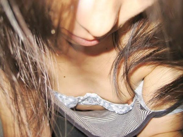 素人の浮きブラ・乳首チラ 25