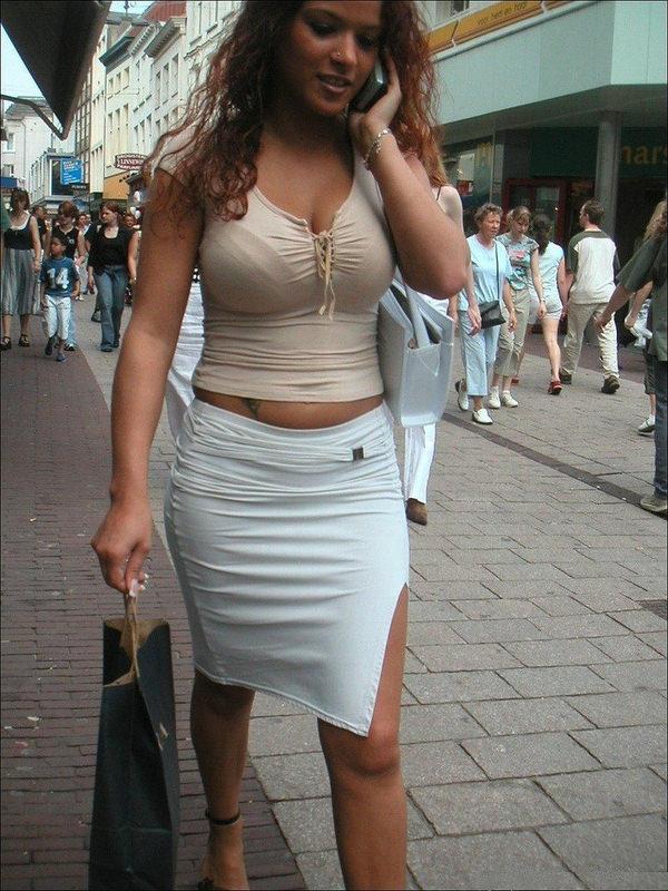 外国人の着衣爆乳の街撮り 8